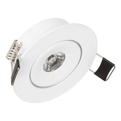 Dimbare LED inbouwspot 1 watt geeft warm wit licht in een witte behuizing en kantelbaar